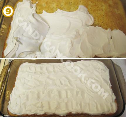 Trét lớp kem tươi tự đánh lên bề mặt bánh đã thấm sữa là hoàn thành