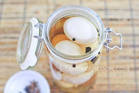 Nhớ đảm bảo trứng ngập nước muối