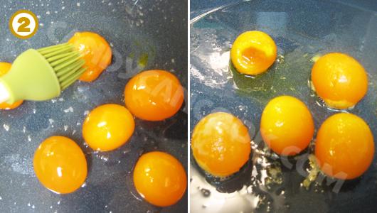Quết dầu lên trứng rồi cho vào lò nướng