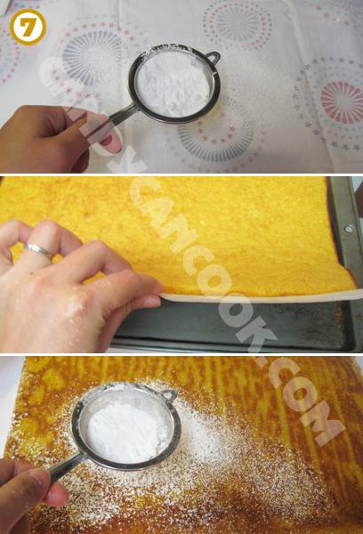 Rắc đường bột lên khăn rồi đỏ bánh từ khuôn vào khăn, rắc thêm 1 lớp đường bột lên bề mặt bánh