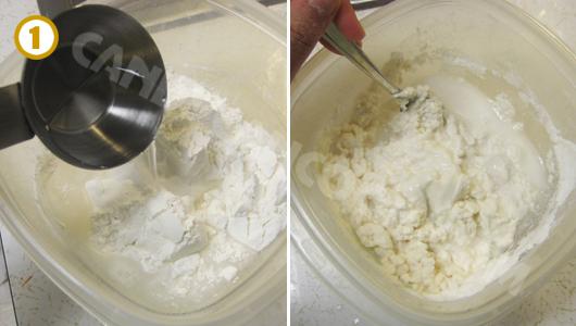 Trộn bột, muối với nước