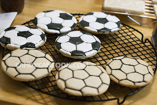 Quả bóng và sân bóng sau khi đã khô hoàn toàn vẽ lại viền sẽ làm bánh nổi bật hơn