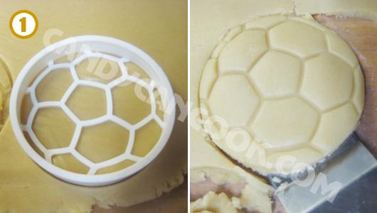 Dùng khuôn cắt bánh hình quả bóng