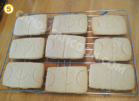 Để bánh thật nguội trên giá rồi chuẩn bị royal icing để vẽ