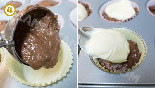 Múc hỗn hợp bánh cupcake sô-cô-la vào trước rồi một thìa hỗn hợp cream cheese