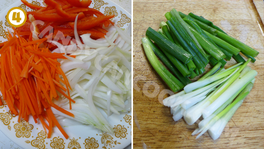 Thái và chuẩn bị các nguyên liệu khác: hành tây, cà rốt, ớt chuông, hành lá, nấm