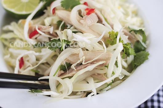 Gỏi gà bắp cải mang tới một cảm giác tươi mới tràn ngập bữa ăn