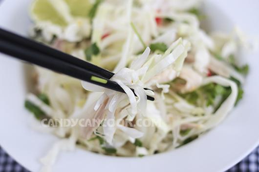 Nêm nếm và trộn đều các nguyên liệu mang tới sự hoà quện cho món Gỏi gà bắp cải