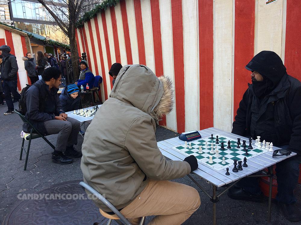Ngay bên hông của chợ là quầy chơi cờ