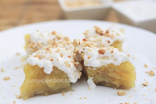 Bánh chuối hấp cùng nước cốt dừa và lạc rang