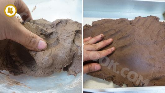 Dùng tay trải đều bột ra khuôn