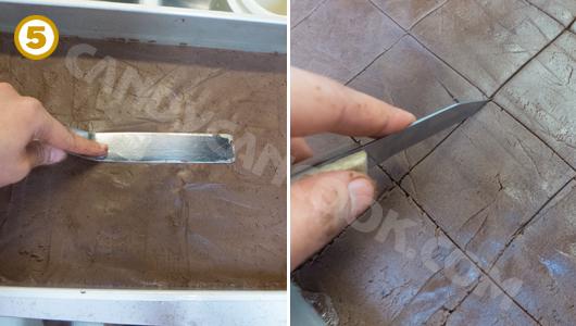 Miết cho bề mặt bột mịn và khía bánh thành những miếng bánh nhỏ