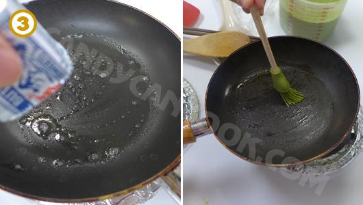 Bôi quết một lớp bơ mỏng lên chảo nóng
